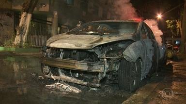 Sete carros são incendiados na Tijuca - Criminosos incendiaram sete veículos na Tijuca, na Zona Norte do Rio, deixando moradores assustados. A série de ataques aconteceu em um intervalo de três horas.