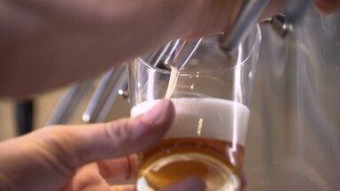 Mercado de cervejas especias cresce no DF - Mesmo na crise tem um mercado que cresce no DF: cervejas especiais. Os sabores são os mais variados, por exemplo, a cerveja de cereja ou cacau.