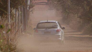 Falta de pavimentação e clima seco aumentam a quantidade de poeira nas ruas do DF - Se já é difícil morar em um lugar que não tem asfalto, imagina em época de seca, quando a poeira sobe, suja tudo e prejudica a saúde. Em vários pontos do DF, a população sofre com a falta de pavimentação das ruas.