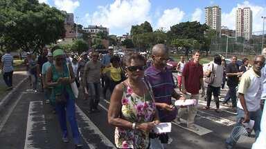 Trabalhadores da Sucop fazem caminhada de protesto, em Salvador - A categoria reclama da mudança no plano de saúde.