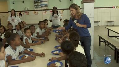 Saúde: pais e escolas tentam acostumar as crianças ao hábito da alimentação saudável - A reportagem esteve em uma escola municipal e também em uma casa para ouvir as dicas.