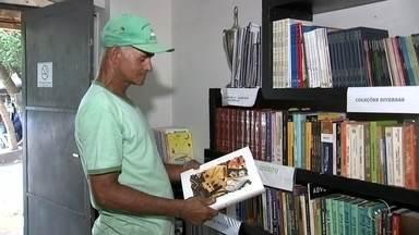Coletores de recicláveis de Araçatuba criam biblioteca com livros achados no lixo - Coletores de uma associação de recicláveis de Araçatuba juntaram vários livros que foram encontrados durante a separação dos materiais e criaram uma biblioteca no local. O novo espaço além de ser aberto ao público, incentiva os próprios trabalhadores a ter mais intimidade com a leitura.
