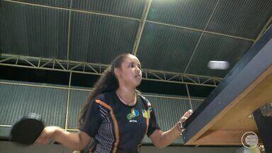 Menina se destaca em competição de tênis de mesa - Menina se destaca em competição de tênis de mesa