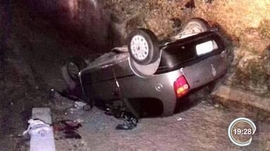Polícia investiga causa de acidente que terminou com morte de três da mesma família - Acidente foi na madrugada desta terça-feira na Dutra em Cruzeiro.