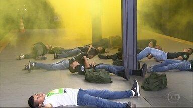Treinamento antiterrorismo é feito em estação de metrô, em Belo Horizonte - Na simulação, vários passageiros foram contaminados por um gás tóxico.