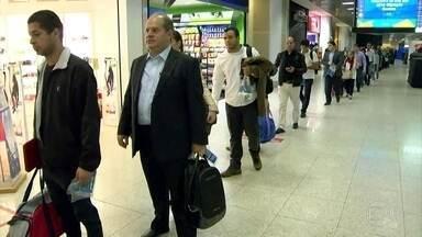 Após filas no embarque, check-in começa mais cedo no Aeroporto Santos Dumont - O aeroporto está abrindo às 4h. As companhias aéreas passaram a abrir o balcão de check-in mais cedo. Desde segunda-feira (18) os voos nacionais estão seguindo o mesmo padrão dos internacionais.