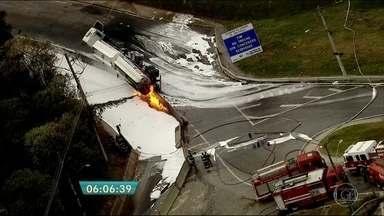 Caminhão-tanque tomba e pega fogo na Rodovia Ayrton Senna - O acidente aconteceu no acesso da rodovia para o bairro dos Pimentas, em Guarulhos. O caminhão que transportava etanol tombou. O combustível vazou e provocou um incêndio. Ninguém ficou ferido.