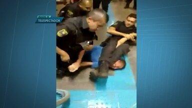Vídeo mostra confusão no metrô do Guará - Nas imagens é possível ver um agente de segurança do metrô aparece no chão, tentando imobilizar um homem. Segundo o telespectador que registrou o caso, é um suspeito de assaltar uma pessoa do lado de fora da estação.