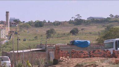 Famílias ocupam e constroem barracos em área particular de Campinas - O local fica no Jardim Ipiranga. Segundo a administração, a situação está sendo acompanhada de perto.