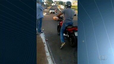 PM acha moto roubada reconhecida por dono em vídeo de caixão em rua - Veículo aparece em imagens em que urna cai de carro funerário; assista. Ele foi localizado em estrada de terra, e dono comemorou: 'Mais tranquilo'.