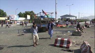 Explosão no Afeganistão mata cerca de 80 pessoas - Cerca de 80 pessoas morreram e centenas ficaram feridas depois da explosão de homens-bomba, na capital do Afeganistão. O grupo terrorista Estado Islâmico reivindicou a autoria do ataque.
