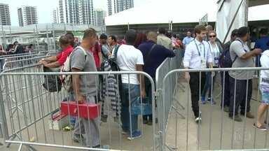 Bombeiros e eletricistas chegam para o trabalho na Vila Olímpica - Várias delegações já estão no Rio