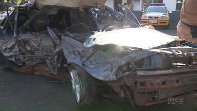 Acidente na avenida Dez de Dezembro deixa três mortos e três feridos - Segundo a Polícia, um adolescente de quinze anos dirigia o veículo,quando bateu contra uma árvore. No carro estavam seis pessoas. Duas morreram no hora.