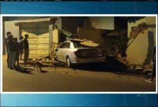 Carro invade duas casas em Juazeiro do Norte - Proprietários estavam em casa na hora do acidente, mas não ninguém ficou ferido.