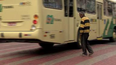 Policial orienta sobre prefêrencia quando há faixas de pedestres na via - Juiz de Fora conta com faixas de pedestres elevadas, mas ainda há dúvida sobre o assunto.