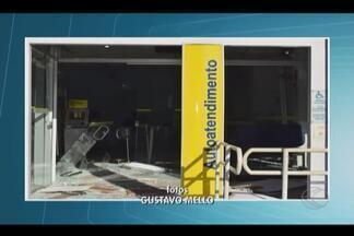 Caixas de dois bancos são explodidos na mesma noite em Fronteira, MG - Uma das agências foi alvo dos criminosos pela terceira vez em 2016. Autores usaram frentistas de um postos como reféns e fugiram em seguida.