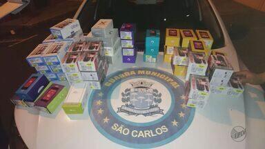 Dupla furta 270 celulares avaliados em R$ 200 mil de loja de São Carlos - Criminosos arrombaram portão e serraram janela para entrar no comércio.