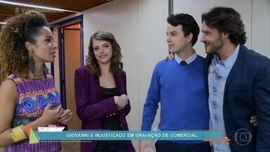 Enéas arma para Giovanni em gravação de comercial - Confira os bastidores da cena em que Giovanni é acusado de querer se vingar de Camila em 'Haja Coração'