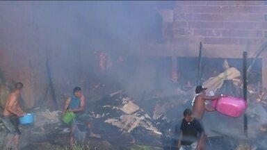 Criança morre em um novo incêndio na favela Alba, na Zona Sul da capital - Menos de três meses depois do últimos incêndio, os moradores da favela Alba tiveram que enfrentar o fogo, outra vez. Um menino com deficiência morreu.