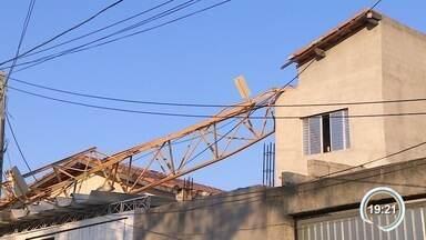 Guindaste cai sobre casas na zona leste de São José - Incidente foi na Vila Tesouro.