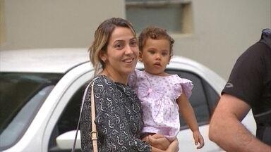 Após duas semanas, menina Júlia volta para casa com a mãe - Ela foi levada pelo pai em 10 de julho; os dois foram localizados no interior do Amapá.