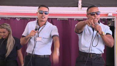 Cobrador e motorista, MC Bob e MC Scooby fazem funk no dia do motorista em Cariacica, ES - O motorista Leonardo e o cobrador Vinícius lançaram a campanha no terminal de Jardim América.
