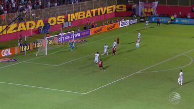 Derrota do Vitória contra o Santos causa confusão e revolta entre a torcida - Time perdeu por 3 a 2 em jogo marcado por falha da arbitragem. O jogador Vitor Ramos foi agredido por torcedores.