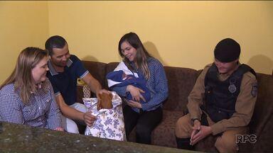 Policiais que fizeram um parto dentro de um carro reencontram a família do bebê - O veículo da família que estava indo para o hospital ficou preso no congestionamento na semana passada e os policiais que ajudaram no parto.