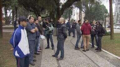 Grupo de trabalhadores da Usiminas faz protesto contra o sindicato - Manifestação ocorreu durante uma audiência no Ministério do Trabalho, em Santos.