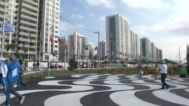 Vila Olímpica já hospeda 115 delegações de atletas - Mais de 20 delegações desembarcaram nesta segunda-feira (25). A 11 dias dos Jogos, acomodações foram criticadas.
