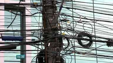 Excesso de fios em postes de Vitória é alvo do MP e da prefeitura - EDP Escelsa, concessionária responsável, diz que respeita normas.Limite estabelecido pela Anatel e pela Aneel é de 18 fios por poste.