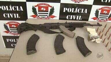 Polícia apreende fuzil AK-47 usado em mega-assalto à Prosegur em Ribeirão Preto - Munição, detonadores de dinamite e coletes à prova de balas também foram apreendidos.
