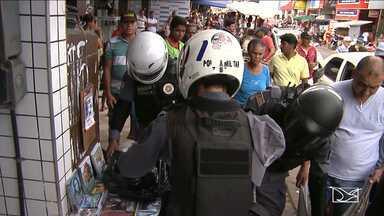 Operação contra pirataria prende vendedores ambulantes na ilegalidade em Santa Inês - Segundo polícia, operação foi motivada por denúncias de pessoas que estavam incomodadas com a exposição de capas de DVDs pornográficos no meio do centro comercial da cidade.