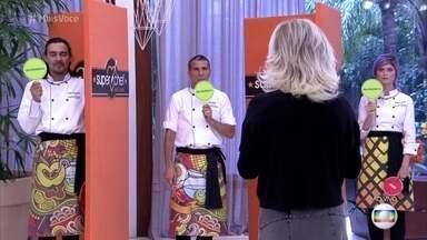 Finalistas do Super Chef Celebridades participam de quiz - Julianne Trevisol acerta todas as perguntas e ganha um ponto extra para a final