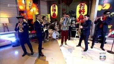 Emicida se apresenta com o grupo Tokyo Ska Paradise Orchestra - Músicos fazem releitura da música que marcou a Olimpíada de Tóquio de 1964