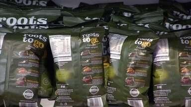Empresas lucram com exportações em tempos de crise - Uma empresa de salgadinhos de pacote já nasceu exportando e tem matéria prima abundante no Brasil: raízes como beterraba, mandioca e batata doce.