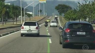 Imagens mostram motoristas invadindo faixa dedicada na Avenida das Américas - Invadir a faixa verde, de uso exclusiva para envolvidos na Olimpíada, acarreta em multa de R$ 127.