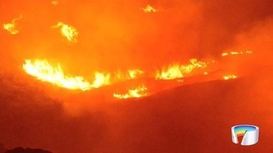 Turistas são resgatados após incêndio no Pico dos Marins em Piquete - Segundo bombeiros, cerca de 30 pessoas foram resgatadas com segurança.