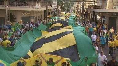Ribeirão Preto e Franca têm atos a favor da saída de Dilma Rousseff - Em Ribeirão, manifestantes se reuniram no calçadão e seguiram pelas ruas do Centro.