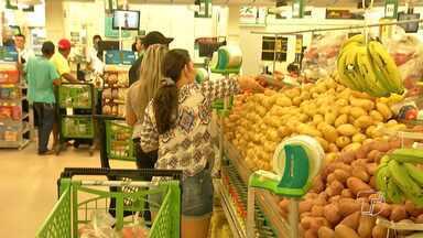 Aumentou o número de brasileiros que caçam promoções nos supermercados - As mulheres são as mais dedicadas e querem ver a oferta logo de cara.