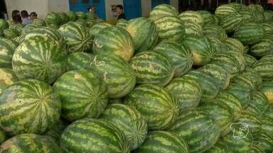 Procura por melancia e abacaxi é grande nas feiras de Santarém - Vendedores aproveitam período da safra para lucrar.