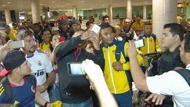 Com selfies e ''ataque'' a Teo Gutiérrez, Colômbia desembarca em Manaus - Capitão da equipe olímpica foi o mais assediado no saguão do aeroporto Eduardo Gomes.