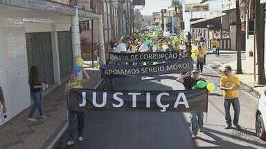 Região tem atos a favor do impeachment - Moradores de São Carlos, Rio Claro e Araraquara participaram de manifestações.
