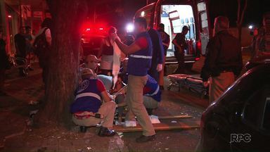 Motorista bêbada sobe na calçada e atropela duas pessoas em Foz - O acidente foi no começo da madrugada desta segunda, na avenida República Argentina.