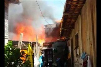 Incêndio atinge casas no bairro da Vileta, em Belém - Explosão teria dado início às chamas, que atingiu dois imóveis. De acordo com os bombeiros, ninguém ficou ferido.