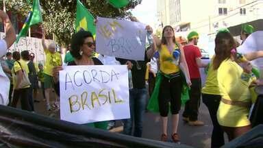 Moradores de Cascavel e Toledo fizeram protestos neste domingo - Eles protestaram contra o governo do PT.