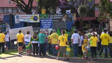 Várias pessoas foram às ruas para protestar neste domingo em Maringá - Foram dois protestos simultâneos; um pediu a saída de Michel Temer do governo e no outro a saída definitiva da presidente afastada Dilma Rouseff