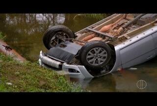 Motorista perde controle e carro cai no Rio Cônego, em Friburgo, no RJ - Motorista perde controle e carro cai no Rio Cônego, em Friburgo, no RJ.