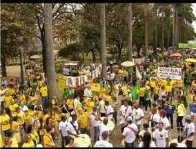 Manifestações contra Temer e Dilma ocupam praças e ruas de BH - Na Praça da Liberdade, ato pediu o impeachment de Dilma.