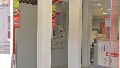 Ladrões invadem agência bancária para tentar roubar dinheiro do cofre em Campo Grande - Mais uma agência bancária foi alvo de bandidos na capital sul-mato-grossense. De acordo com a polícia, os assaltantes teriam entrado pelo forro do prédio e cortado todo o sistema de videomonitoramento do local. Eles queriam acesso ao cofre.